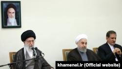 اسحاق جهانگیری، معاون اول دولت و حسن روحانی، رییس جمهوری ایران در کنار آیتالله علی خامنهای