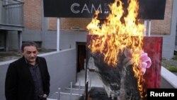 Directorul Muzeului de artă contemporană din Casoria, dând foc unui tablou al pictoriţei franceze Severine Bourguignon, 17 aprilie 2012
