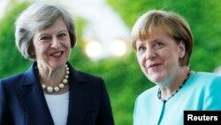 London iki qadının - Angela Merkel (sağda) və Theresa May-in daha asan dil tapacağına inanır
