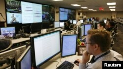 Analysts from the U.S. Department of Homeland Security work at the National Cybersecurity & Communications Integration Center (NCCIC) in Arlington, Virginia. (file photo)