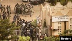 Бамакода төңкеріс жарияланғаннан соң қауіпсіздік күштері мен әскерилер телерадио станциясына жиналды. Мали, 22 наурыз 2012 жыл.