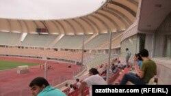 """Altyn Asyr"" we ""Ahal"" komandalarynyň duşuşygyna gelen tomaşaçylar."