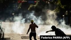 Столкновения сторонников оппозиции с полицией в Каракасе