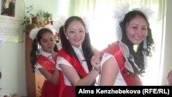 Выпускницы школы пишут друг другу пожелания в день последнего звонка. Алматы, 25 мая 2014 года.