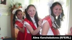 Мектеп бітіруші жастар. Алматы, 25 мамыр 2014 жыл.
