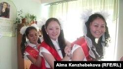 Мектеп бітіруші оқушы қыздар. Алматы, 25 мамыр 2014 жыл