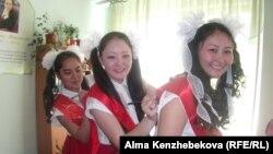 Выпускницы пишут друг другу пожелания после школьной линейки. Алматы, 25 мая 2014 года.