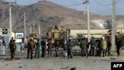 Forcat e sigurisë afgane dhe ushtarët amerikanë duke zhvilluar hetime pas një sulmi vetëvrasës në Kabul