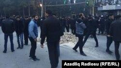 Жители азербайджанского поселка Нардаран собрались на центральной площади после инцидента с полицией. 26 ноября 2015 года.