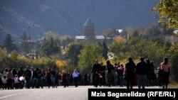 Мцхетаға құлшылыққа келген адамдар. Грузия, 14 қазан 2013 жыл. (Көрнекі сурет)