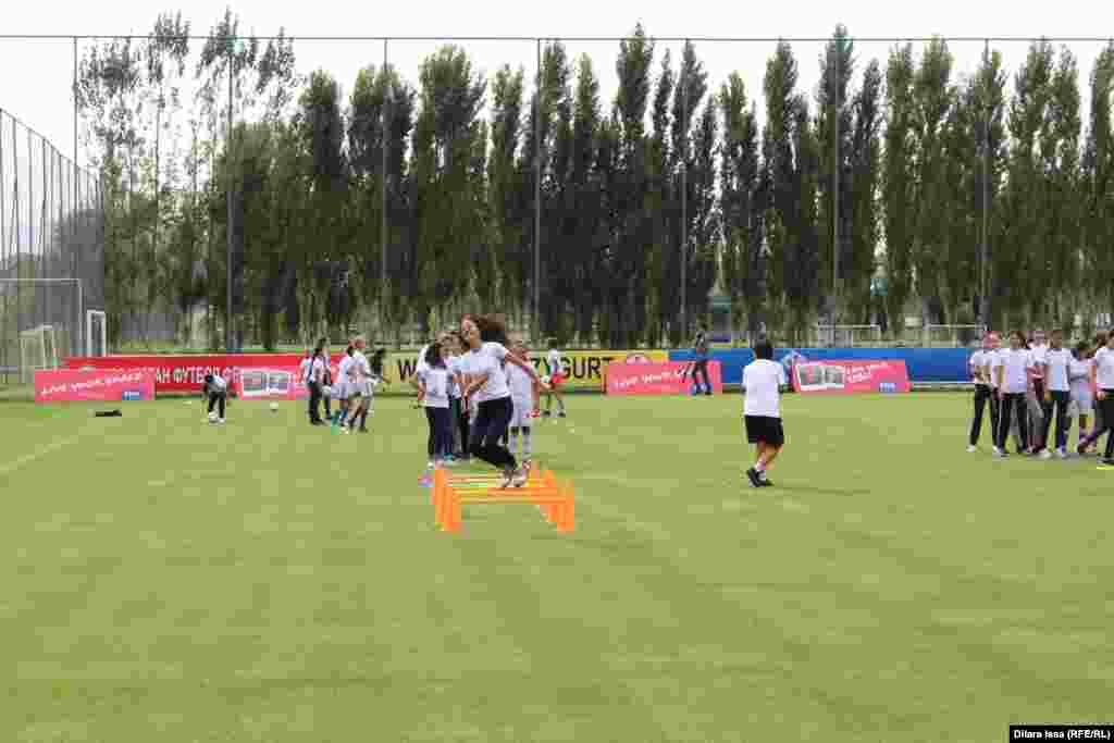 Live Your Goals футбол шарасына қатысушылар.