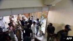 Ոստիկանները ցուցարարներին հեռացնում են Պակիստանի պետական հեռուստաընկերության շենքից։
