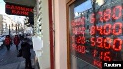 Ресейдің Владивосток қаласындағы рубль бағамы. 18 желтоқсан 2014 жыл. (Көрнекі сурет)
