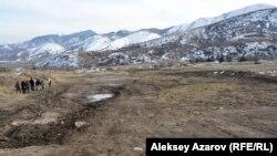 В данный момент полоса под полотно автодороги по распоряжению заместителя премьер-министра Имангали Тасмагамбетова засыпана. Алматинская область, 7 ноября 2016 года.