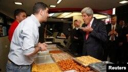 Джон Керрі завітав до кав'ярні в Рамаллі, 23 травня 2013 року