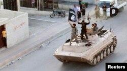 Сторонники боевиков во время военного парада на улицах Ракки (Сирия). 30 июня 2014 года