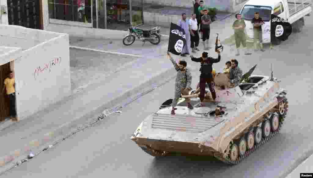 سایه خونین داعش؛ اعلام خلافت گروه موسوم به داعش در برخی شهرهای عراق و سوریه، سالی پر از خون و خشونت را برای خاورمیانه رقم زد.