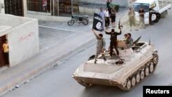 Militantët e Shtetit Isalmik festojnë në rrugët e provincës Raqa në Siri
