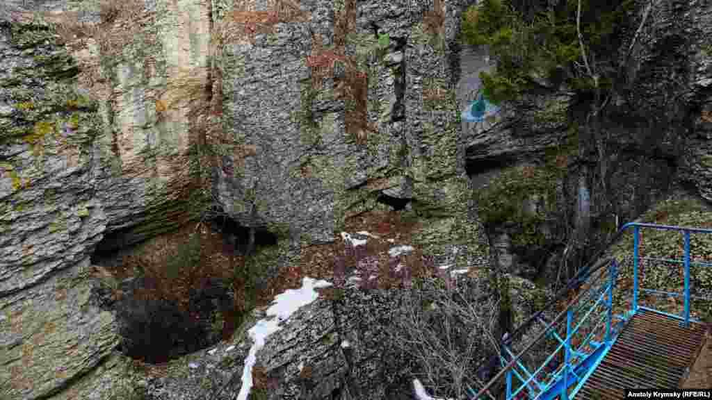 Спуск в пещеру «Трехглазка»