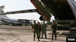 Российские военные самолеты в сухумском аэропорту, август 2008 г.