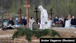 Похороны умершего от COVID-19 в российском Санкт-Петербурге, 13 мая 2020 года