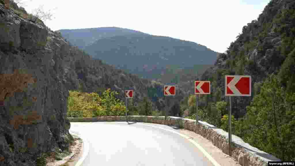В одном из ответвлений Байдарской долины – каньоне реки Узунджа – расположено село Колхозное, до 1945 года называвшееся Узунджи (с крымскотатарского – «довольно длинный»)