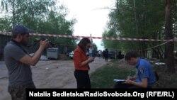 Поряд з будинком, який за даними журналістів ЗІК належить родині заступника міністра внутрішніх справ Сергія Чеботаря, Київська область