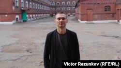 """Кинорежиссер Аскольд Куров во дворе тюрьмы """"Кресты"""""""