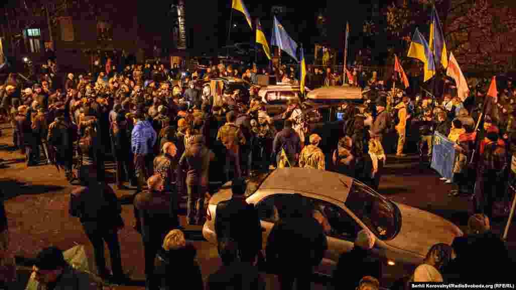 Тим часом під Адміністрацією президента зібрався імпровізований мітинг. Близько сотні людей звинувачивали владу у спробі розігнати блокаду Криму в Чаплинці