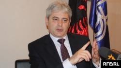 Лидерот на ДУИ Али Ахмети по средбата со амбасадорот Волерс изјави дека сега е моментот за решавање на нерешениот спор и што поскоро членство на Македонија во НАТО