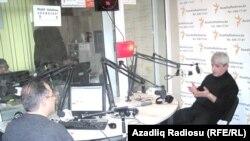 """Azadlıq Radiosunun """"Pen"""" klub verilişi. Aparıcı İlqar Rəsul və müsahibi tənqidçi Cavanşir Yusifli, Bakı, 10 mart, 2011"""
