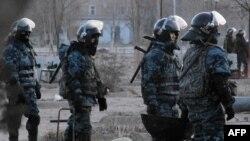 Полицейские отряда специального назначения в Жанаозене после трагических событий декабря 2011 года.