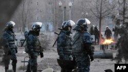 Вооруженные полицейские на улицах Жанаозена. 18 декабря 2011 года.