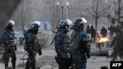 Жаңаөзендегі полиция жасақтары. 18 желтоқсан, 2011 жыл.