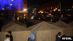 Намети на Майдані встановили пізно ввечері 1 грудня
