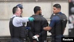 Londonda hökumət binalarının yaxınlığında bıçaqlarla silahlı şübhəli həbs edilib