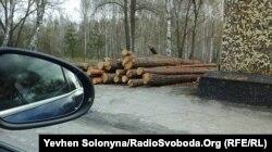 Складена деревина поблизу КПП Лелів на межі 10-кілометрової зони