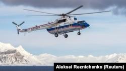 Свальбард архипелагында ұшып жүрген ресейлік Ми-8 тікұшағы. 28 сәуір 2015 жыл.