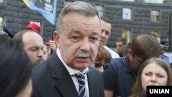 Заступник міністра охорони здоров'я Роман Василишин біля Кабінету Міністрів. 24 травня 2016 року