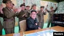 Ким Чен Ын с генералом Ри (в центре на заднем плане) и Чан Хан Ха (справа)