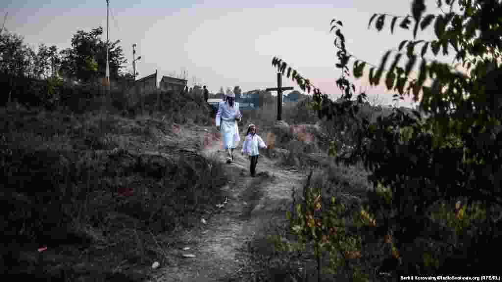 Празднование Рош-га-Шана в 2016 году началось с первой звездой воскресенья, 2 октября. На фото отец и сын спешат на молитву