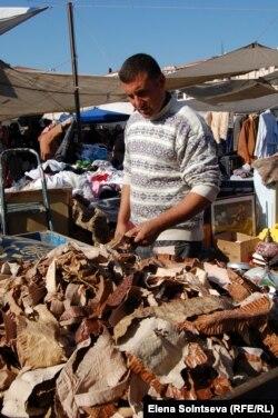 Мухаммед продает на базаре в Стамбуле змеиную кожу