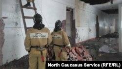 Пожарные тушат школу