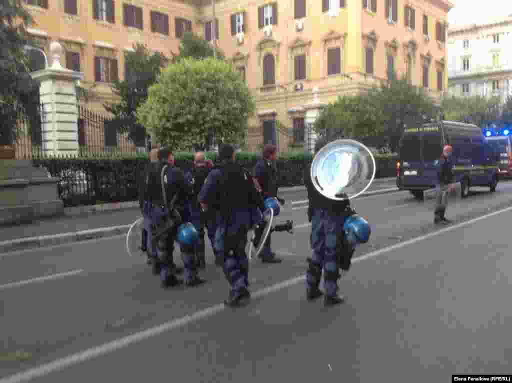 Полиция у Дворца финансов после стычки с демонстрантами