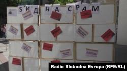 """Активисти на Хелсиншкиот комитет за човекови права поставија """"Ѕид на срамот"""" на кој се поставени примери на говор на омраза"""
