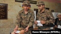 Հայաստանի Զինված ուժերի զինծառայողները մասնակցում են ընտրություններին, արխիվ