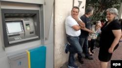 2015 елның 29 июнендә Грециянең Милли банкы банкоматына чират