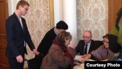 Люди голосуют на выборах в парламент Украины. Здание посольства в Астане. 26 октября 2014 года.