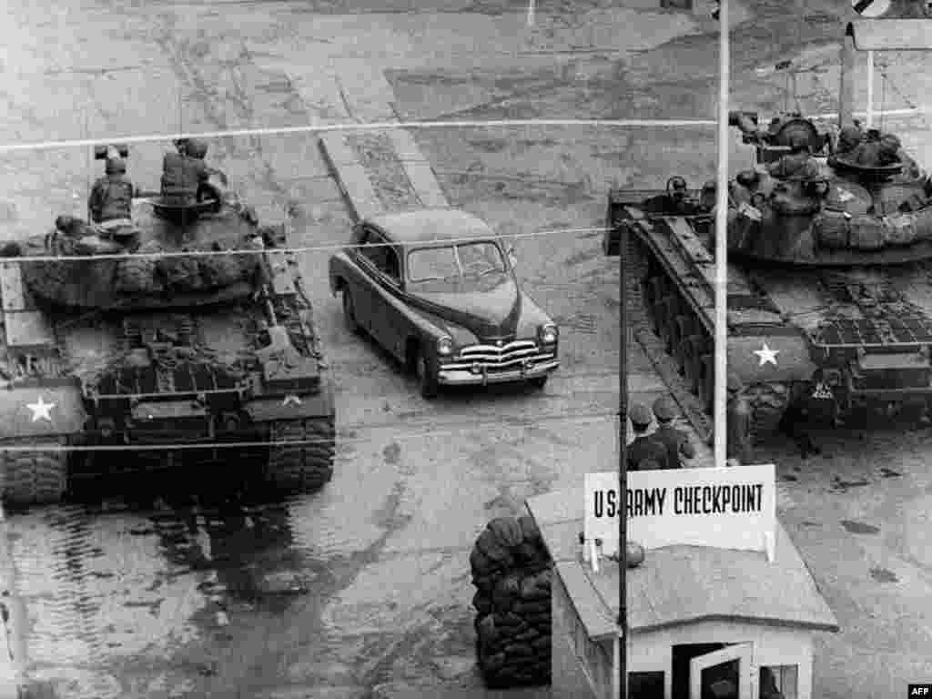 Poznata granica između istočnog (sovjetski sektor) i zapadnog Berlina ( američki sektor).