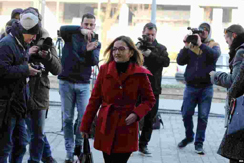 МАКЕДОНИЈА - Судот донесе одлука да ја одвои постапката за поранешната министерка за внатрешни работи Гордана Јанкулоска, која е обвинета во случајот на СЈО Тенк, кој се однесува за набавката на луксузниот мерцедес од 600 илјади евра. Нејзината одбрана претходно го достави лекарското оправдување во кое е наведено дека Јанкулоска имала ризична бременост.